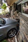 Accident de voiture dans la maison images libres de droits