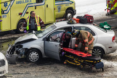 Accident de voiture provoqué par mauvaise signalisation à l'intersection dedans longtemps Photos stock