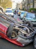Accident de voiture retourné dans la rue Images libres de droits
