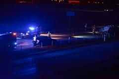 Accident de voiture sur la route la nuit photo libre de droits