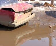 Accident de voiture sur la route, partiellement détruite, tout dans la boue Images stock