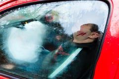 Accident de voiture - victime dans un véhicule écrasé Image stock