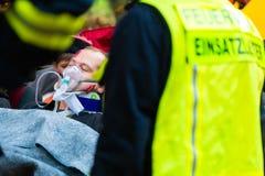 Accident - les sapeurs-pompiers, victime avec le respirateur image libre de droits