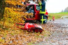 Accident - les sapeurs-pompiers sauvent la victime d'une voiture image libre de droits