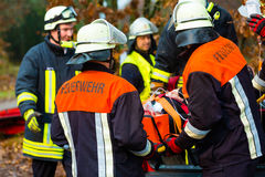 Accident - les sapeurs-pompiers, victime avec le respirateur image stock