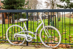 Accidentaly malte Fahrrad mit dem Lehnen gegen Metallzaunstadt Lizenzfreies Stockbild