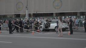 Accidente ardiendo del coche en la calle almacen de video