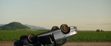 Accidente, coche volcado en el camino imagen de archivo