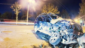 Accidente de carretera Coche estrellado en el timelapse del camino