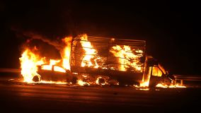 Accidente de carretera, coches en el fuego en el camino, explosión almacen de metraje de vídeo