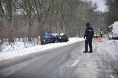 Accidente de carretera - el policía dirige tráfico Imagen de archivo libre de regalías