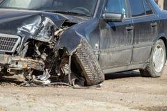 Accidente de coches en un camino fotografía de archivo
