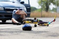 Accidente de la bici y un muchacho Imagen de archivo libre de regalías