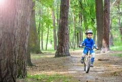 Accidente de la bicicleta Embroma concepto de la seguridad Muchacho que transporta su bici para reparar el lugar Foto de archivo libre de regalías