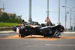 Accidente de la motocicleta en el camino de ciudad Fotos de archivo libres de regalías