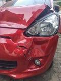 Accidente de tráfico del rojo del frontal izquierda fotografía de archivo