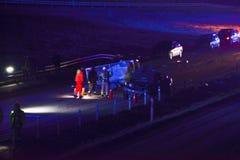 Accidente de tráfico en el camino en la noche fotos de archivo