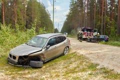 Accidente de tráfico en la carretera nacional en el medio del bosque en el 20 de junio de 2019 Colisión entre 2 BMW fotos de archivo libres de regalías