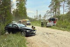 Accidente de tráfico en la carretera nacional en el medio del bosque en el 20 de junio de 2019 Colisión entre 2 BMW fotos de archivo