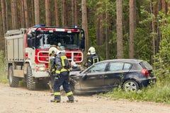 Accidente de tráfico en la carretera nacional en el medio del bosque en el 20 de junio de 2019 Colisión entre 2 BMW fotografía de archivo