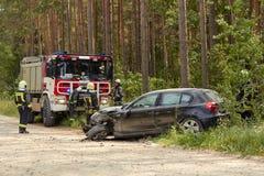 Accidente de tráfico en la carretera nacional en el medio del bosque en el 20 de junio de 2019 Colisión entre 2 BMW foto de archivo