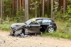 Accidente de tráfico en la carretera nacional en el medio del bosque en el 20 de junio de 2019 Colisión entre 2 BMW fotografía de archivo libre de regalías