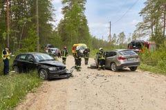 Accidente de tráfico en la carretera nacional en el medio del bosque en el 20 de junio de 2019 Colisión entre 2 BMW imagen de archivo libre de regalías