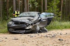 Accidente de tráfico en la carretera nacional en el medio del bosque en el 20 de junio de 2019 Colisión entre 2 BMW imágenes de archivo libres de regalías