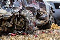 Accidente de tráfico en un camino en abril, coche después de una colisión con él imagenes de archivo