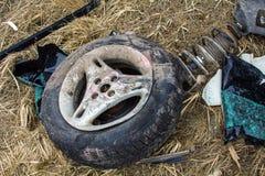 Accidente de tráfico en un camino en abril, coche después de una colisión con él foto de archivo libre de regalías