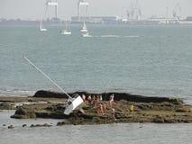 Accidente del barco en las rocas foto de archivo libre de regalías