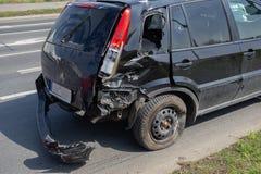 Accidente del choque de coche en la calle, automóvil dañado después de la colisión en ciudad imagen de archivo