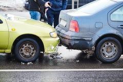 Accidente del choque de coche en la calle, automóviles dañados después de la colisión en ciudad imagenes de archivo