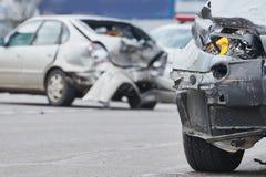 Accidente del choque de coche en la calle, automóviles dañados después de la colisión en ciudad imagen de archivo