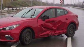 Accidente del choque de coche en la calle, autom?viles da?ados despu?s de la colisi?n en ciudad almacen de metraje de vídeo