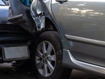 Accidente del choque de coche en la calle con la ruina y los automóviles dañados Accidente causado por la negligencia y la falta  fotos de archivo
