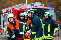 Accidente - departamento de bomberos, víctima del accidente en ensanchador fotos de archivo libres de regalías