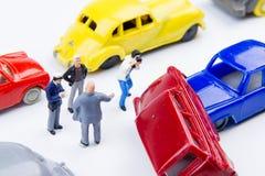 Accidente minúsculo miniatura del choque de coche de los juguetes dañado Accidente en el r Fotografía de archivo