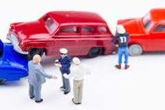 Accidente minúsculo miniatura del choque de coche de los juguetes dañado Accidente en el r Foto de archivo