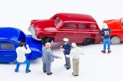 Accidente minúsculo miniatura del choque de coche de los juguetes dañado Accidente en el r Imagen de archivo libre de regalías