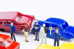Accidente minúsculo miniatura del choque de coche de los juguetes dañado Accidente en el r Imagen de archivo