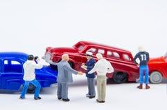 Accidente minúsculo miniatura del choque de coche de los juguetes dañado Accidente en el r Imágenes de archivo libres de regalías
