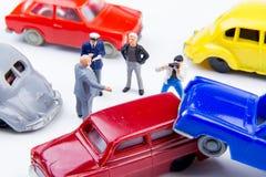 Accidente minúsculo miniatura del choque de coche de los juguetes dañado Accidente en el r Imagenes de archivo