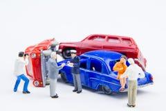 Accidente minúsculo miniatura del choque de coche de los juguetes dañado Accidente en el r Foto de archivo libre de regalías
