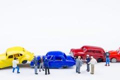 Accidente minúsculo miniatura del choque de coche de los juguetes dañado Accidente en el r Fotos de archivo libres de regalías