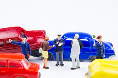 Accidente minúsculo miniatura del choque de coche de los juguetes dañado Accidente en el r Fotos de archivo