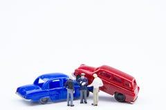 Accidente minúsculo miniatura del choque de coche de los juguetes dañado Seguro en Fotos de archivo libres de regalías
