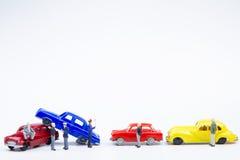 Accidente minúsculo miniatura del choque de coche de los juguetes dañado Seguro en Imagen de archivo libre de regalías