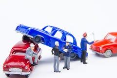 Accidente minúsculo miniatura del choque de coche de los juguetes dañado Seguro en Fotografía de archivo