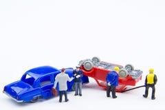 Accidente minúsculo miniatura del choque de coche de los juguetes dañado Seguro en Imagenes de archivo